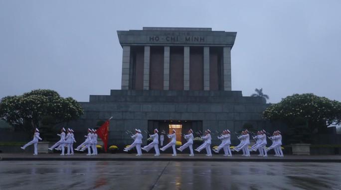 Toàn cảnh Lễ treo cờ rủ Quốc tang nguyên Chủ tịch nước Lê Đức Anh trong mưa - Ảnh 24.