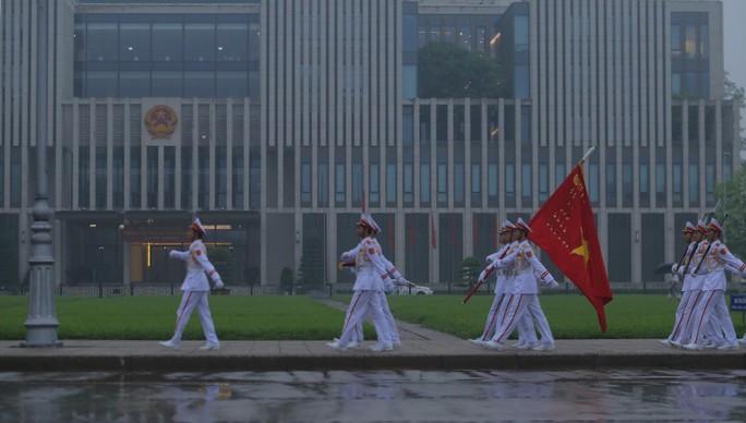 Toàn cảnh Lễ treo cờ rủ Quốc tang nguyên Chủ tịch nước Lê Đức Anh trong mưa - Ảnh 22.