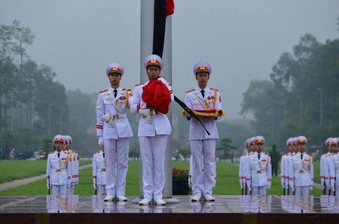 Toàn cảnh Lễ treo cờ rủ Quốc tang nguyên Chủ tịch nước Lê Đức Anh trong mưa - Ảnh 14.