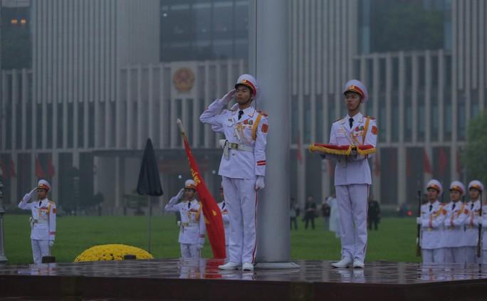 Toàn cảnh Lễ treo cờ rủ Quốc tang nguyên Chủ tịch nước Lê Đức Anh trong mưa - Ảnh 18.