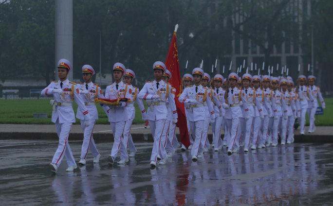 Toàn cảnh Lễ treo cờ rủ Quốc tang nguyên Chủ tịch nước Lê Đức Anh trong mưa - Ảnh 23.