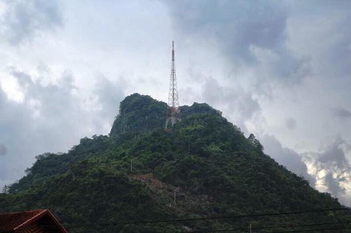 Lên núi Cấm Sơn, nam thanh niên rơi từ đỉnh cao nhất tử vong - Ảnh 1.