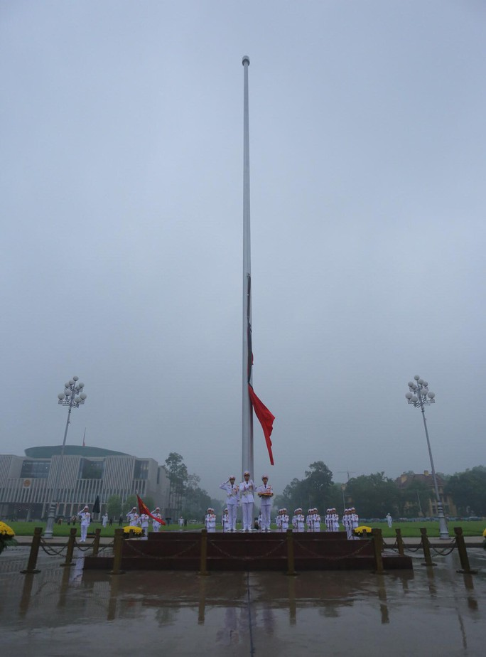 Toàn cảnh Lễ treo cờ rủ Quốc tang nguyên Chủ tịch nước Lê Đức Anh trong mưa - Ảnh 16.