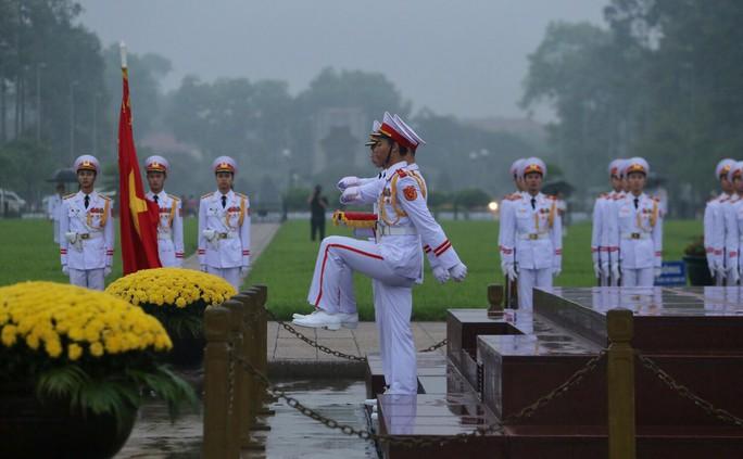 Toàn cảnh Lễ treo cờ rủ Quốc tang nguyên Chủ tịch nước Lê Đức Anh trong mưa - Ảnh 19.
