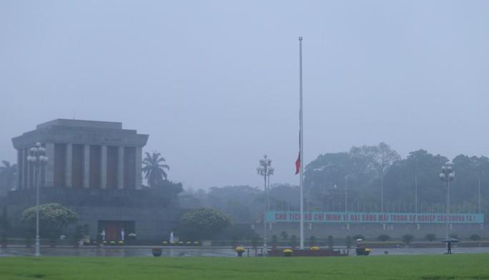Toàn cảnh Lễ treo cờ rủ Quốc tang nguyên Chủ tịch nước Lê Đức Anh trong mưa - Ảnh 27.