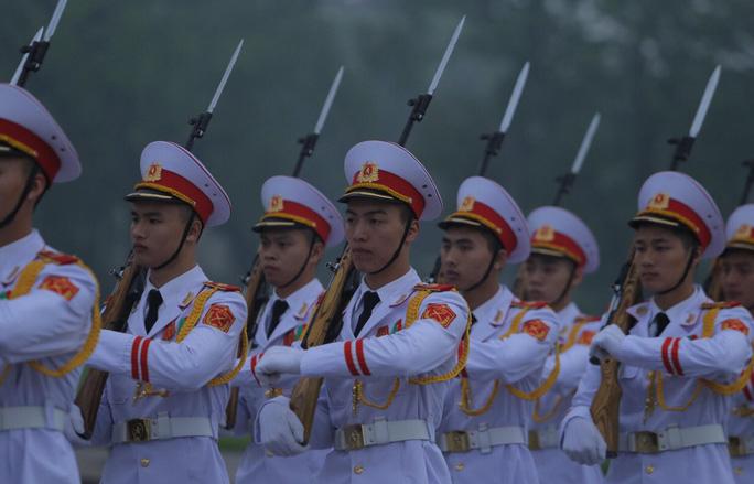 Toàn cảnh Lễ treo cờ rủ Quốc tang nguyên Chủ tịch nước Lê Đức Anh trong mưa - Ảnh 21.