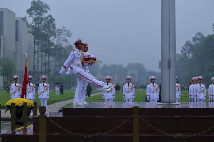 Toàn cảnh Lễ treo cờ rủ Quốc tang nguyên Chủ tịch nước Lê Đức Anh trong mưa - Ảnh 12.