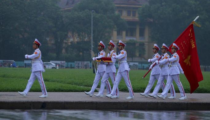 Toàn cảnh Lễ treo cờ rủ Quốc tang nguyên Chủ tịch nước Lê Đức Anh trong mưa - Ảnh 7.