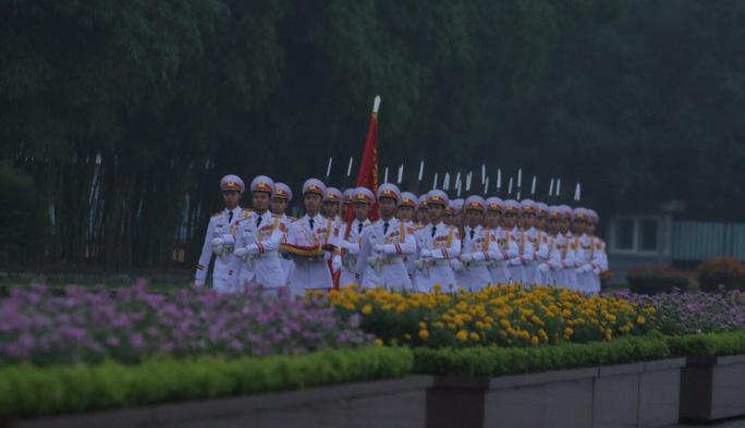 Toàn cảnh Lễ treo cờ rủ Quốc tang nguyên Chủ tịch nước Lê Đức Anh trong mưa - Ảnh 25.
