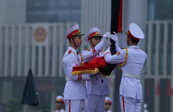 Toàn cảnh Lễ treo cờ rủ Quốc tang nguyên Chủ tịch nước Lê Đức Anh trong mưa - Ảnh 15.