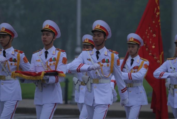 Toàn cảnh Lễ treo cờ rủ Quốc tang nguyên Chủ tịch nước Lê Đức Anh trong mưa - Ảnh 26.