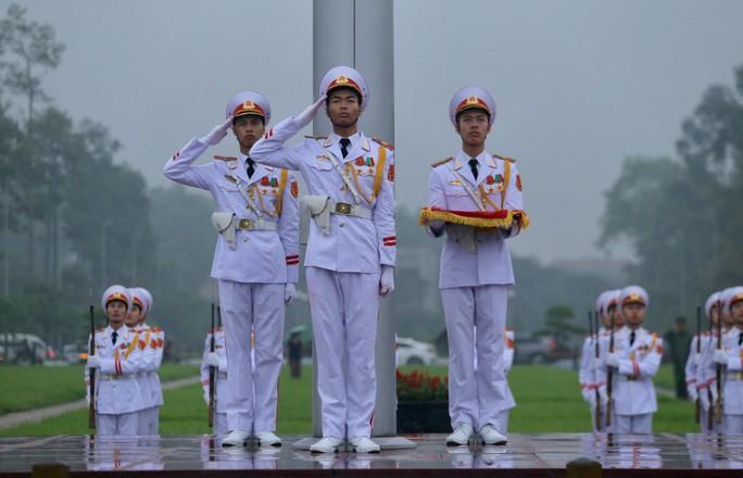 Toàn cảnh Lễ treo cờ rủ Quốc tang nguyên Chủ tịch nước Lê Đức Anh trong mưa - Ảnh 17.