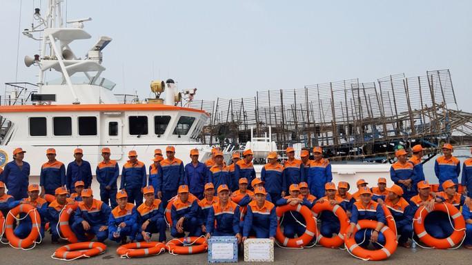Vượt 200 hải lý cứu nạn kịp thời 52 ngư dân Quảng Nam gặp nạn trên biển - Ảnh 3.