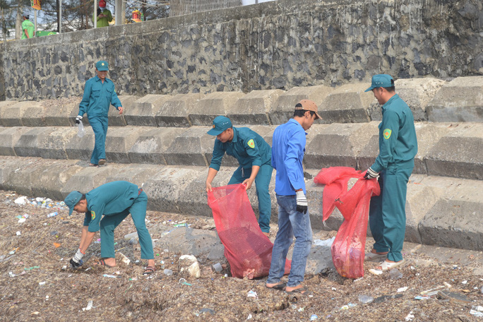 Ca sĩ Tuấn Hưng cùng hàng trăm du khách tham gia nhặt rác ở Lý Sơn - Ảnh 3.
