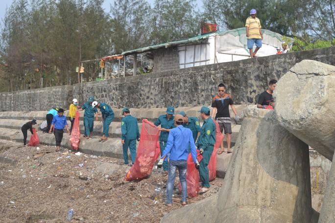 Ca sĩ Tuấn Hưng cùng hàng trăm du khách tham gia nhặt rác ở Lý Sơn - Ảnh 4.
