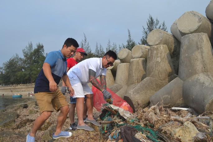 Ca sĩ Tuấn Hưng cùng hàng trăm du khách tham gia nhặt rác ở Lý Sơn - Ảnh 1.