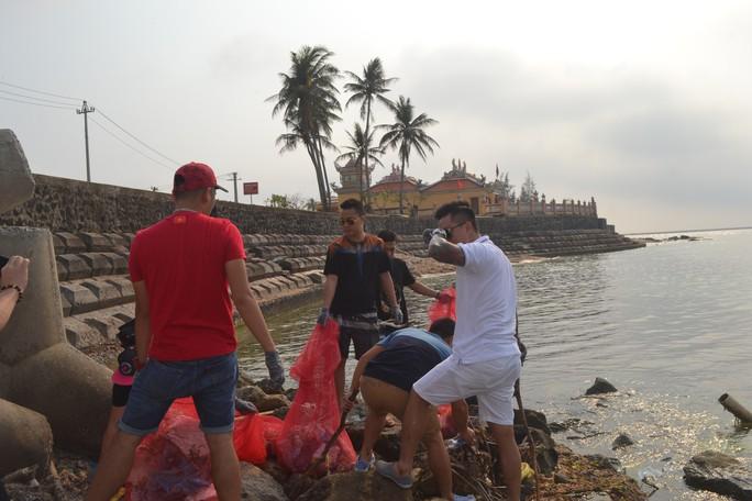 Ca sĩ Tuấn Hưng cùng hàng trăm du khách tham gia nhặt rác ở Lý Sơn - Ảnh 2.