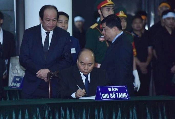 Thủ tướng Nguyễn Xuân Phúc, Chủ tịch QH Nguyễn Thị Kim Ngân ghi gì trong sổ tang? - Ảnh 1.