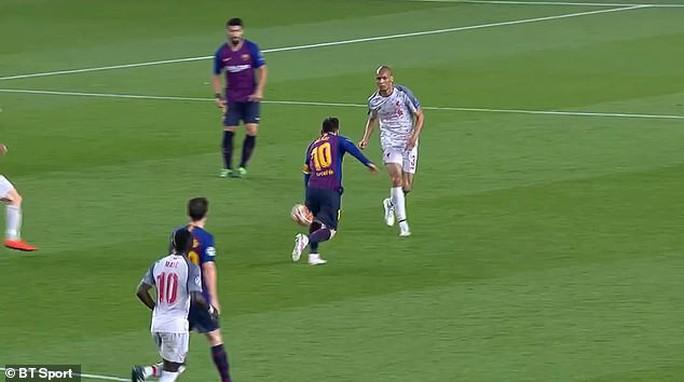 Báo chí Anh tố Messi chơi bẩn trước siêu phẩm đá phạt - Ảnh 4.