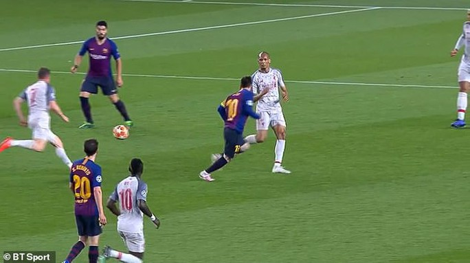 Báo chí Anh tố Messi chơi bẩn trước siêu phẩm đá phạt - Ảnh 5.