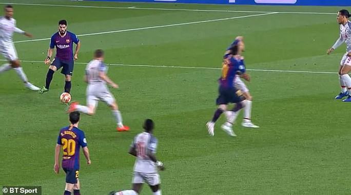 Báo chí Anh tố Messi chơi bẩn trước siêu phẩm đá phạt - Ảnh 6.