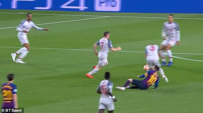 Báo chí Anh tố Messi chơi bẩn trước siêu phẩm đá phạt - Ảnh 7.