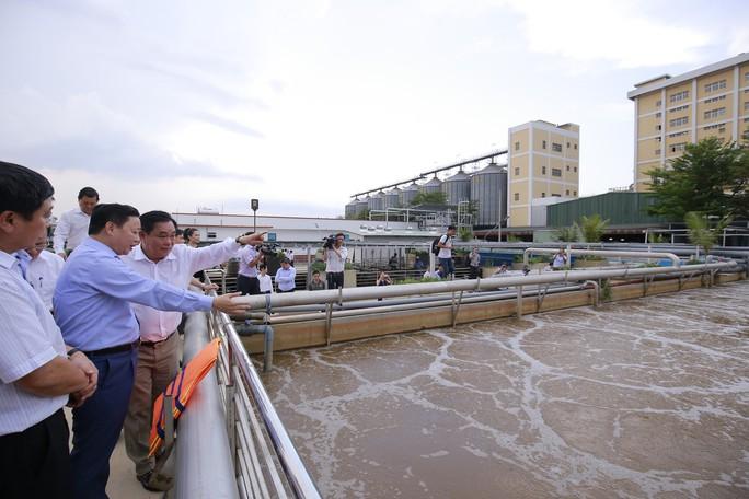 Ông Dũng lò vôi uống nước thải đã xử lý trước mặt Bộ trưởng TN-MT - Ảnh 2.