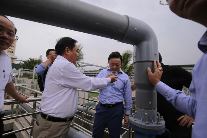 Ông Dũng lò vôi uống nước thải đã xử lý trước mặt Bộ trưởng TN-MT - Ảnh 9.
