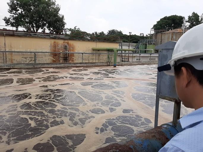 Đào hệ thống cống 1 công ty bên sông La Ngà để làm rõ ô nhiễm - Ảnh 1.