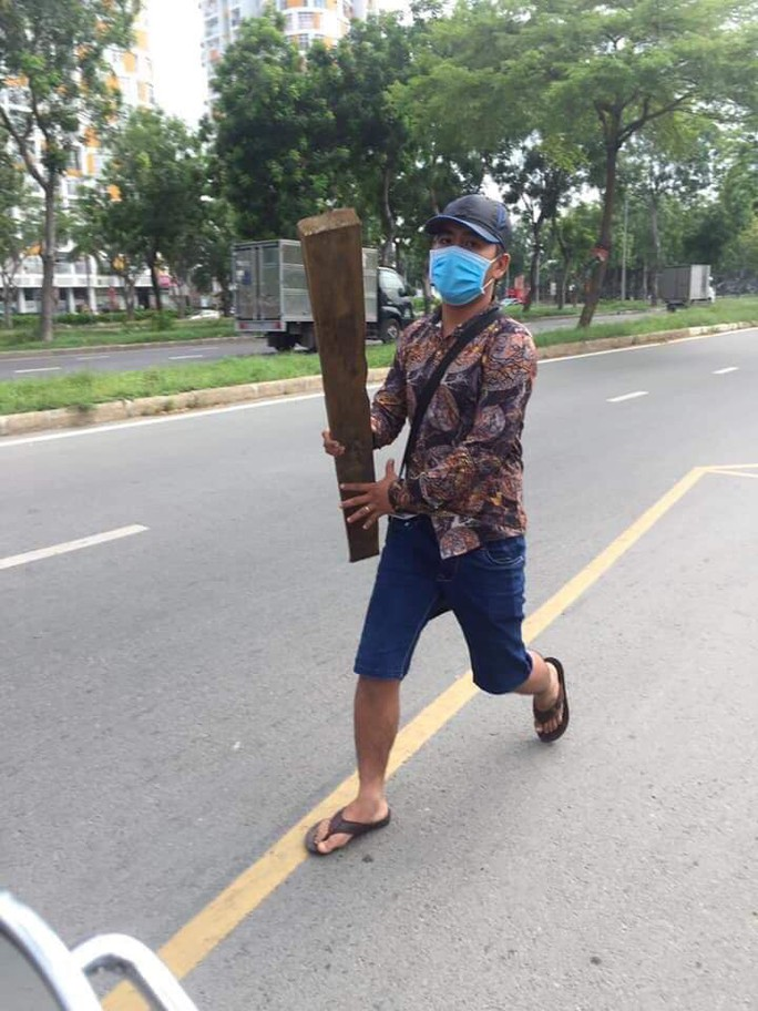 Thanh niên đánh người gần chốt CSGT: Tức vì bị đòi kiểm tra túi xách - Ảnh 1.