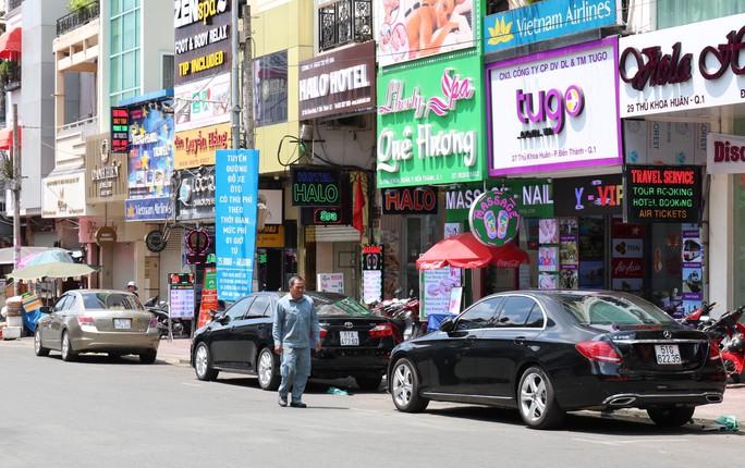 TP HCM: Tiền thu phí ôtô đậu dưới lòng đường không đủ trả công nhân viên - Ảnh 1.