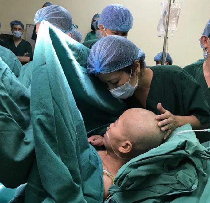 Bác sĩ dốc sức cứu chữa người mẹ ung thư vú để mẹ được ôm con vào lòng - Ảnh 1.