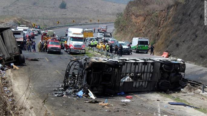 Xe buýt bốc cháy sau cú va chạm, ít nhất 50 người thương vong  - Ảnh 1.