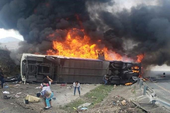 Xe buýt bốc cháy sau cú va chạm, ít nhất 50 người thương vong  - Ảnh 2.