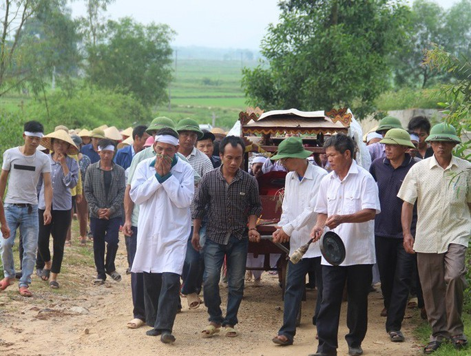 Trắng khăn tang làng quê 5 học sinh lớp 8 đuối nước tử vong - Ảnh 1.