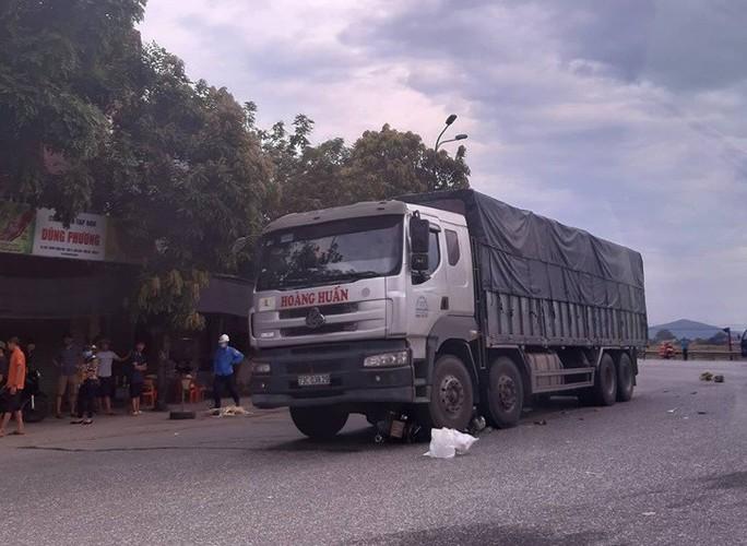 Bị xe tải cuốn vào gầm, mẹ và con gái 8 tuổi chết thảm - Ảnh 1.