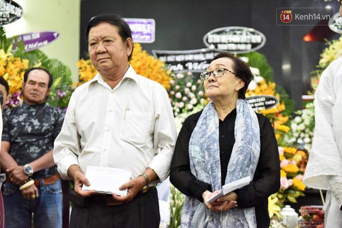 Chùm ảnh: Đồng nghiệp xót xa tiễn biệt nghệ sĩ Lê Bình - Ảnh 3.
