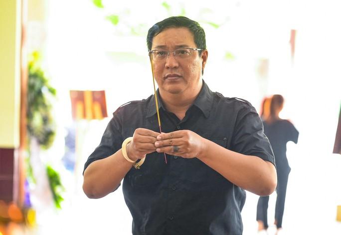 Chùm ảnh: Đồng nghiệp xót xa tiễn biệt nghệ sĩ Lê Bình - Ảnh 6.