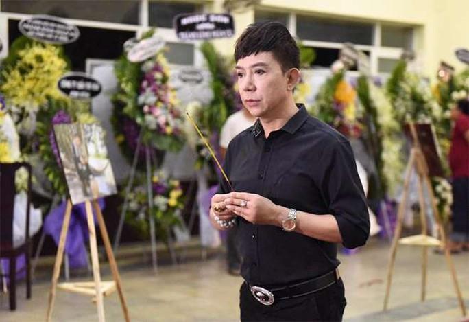 Chùm ảnh: Đồng nghiệp xót xa tiễn biệt nghệ sĩ Lê Bình - Ảnh 7.