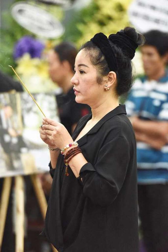 Chùm ảnh: Đồng nghiệp xót xa tiễn biệt nghệ sĩ Lê Bình - Ảnh 8.