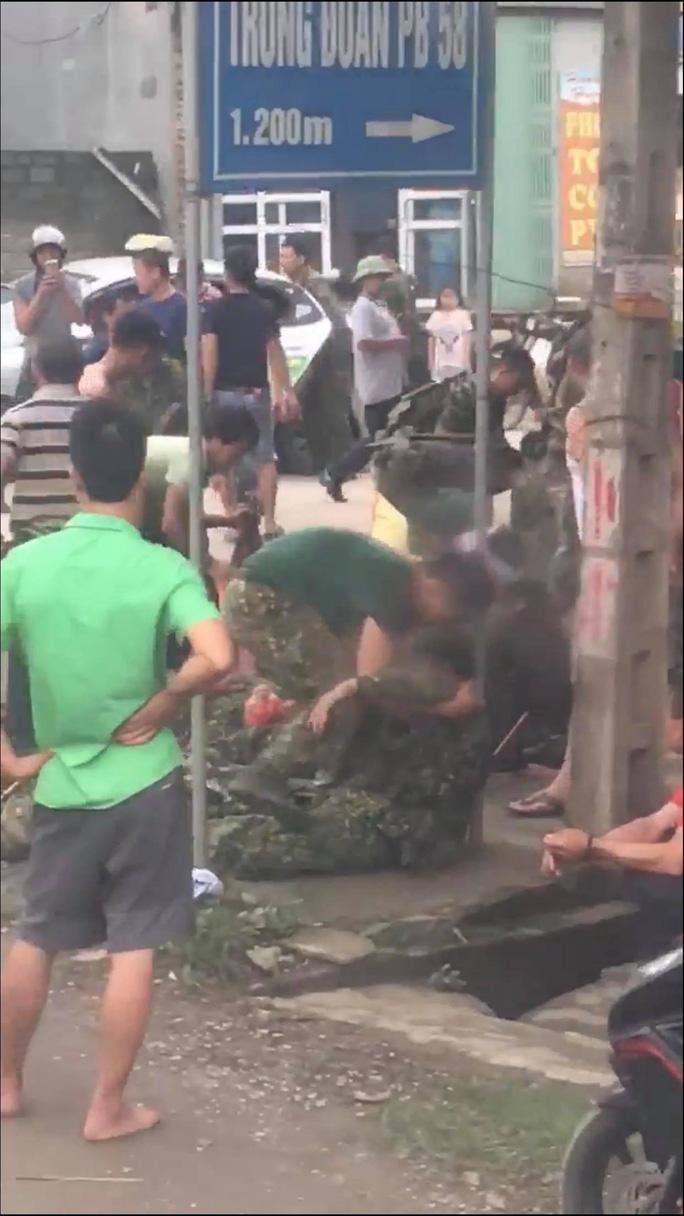 Xe quân sự bị lật, hàng chục chiến sĩ gặp nạn - Ảnh 2.