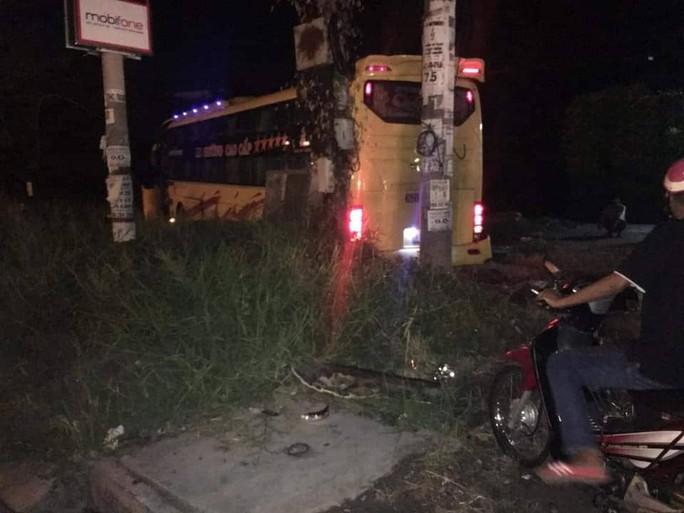 Xe khách đụng chết người, lao vào cột điện khiến hành khách hoảng vía - Ảnh 1.