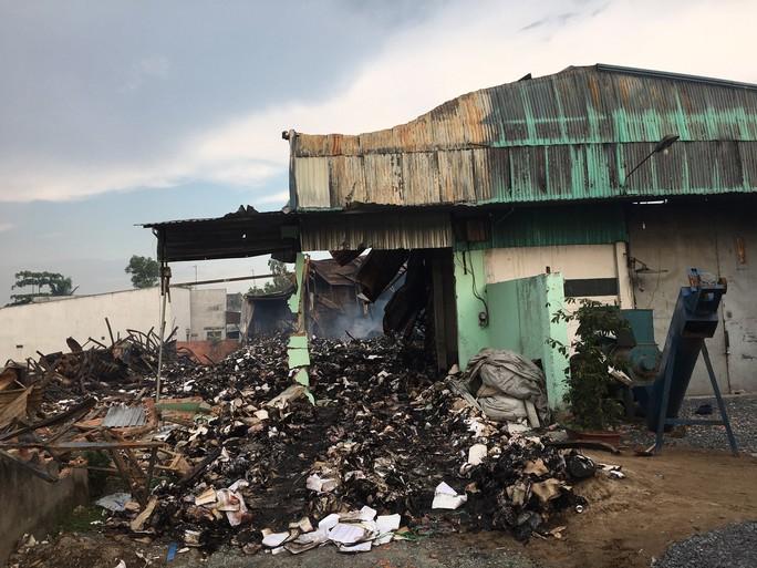 Cháy rụi kho, hàng tấn tài liệu xe buýt ở TP HCM biến thành tro - Ảnh 1.