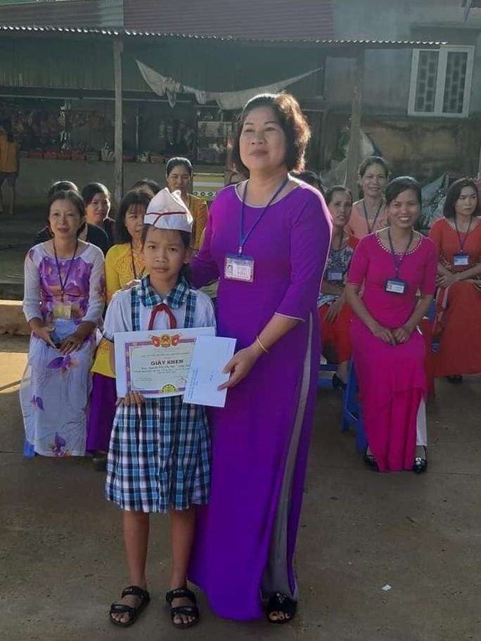 Khen thưởng học sinh trả lại vàng nhặt được trước cổng trường - Ảnh 1.