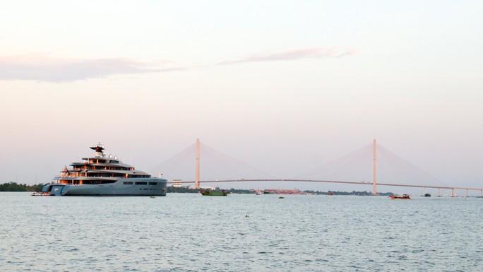 Cận cảnh siêu du thuyền triệu đô lướt sóng trên sông Hậu - Ảnh 8.