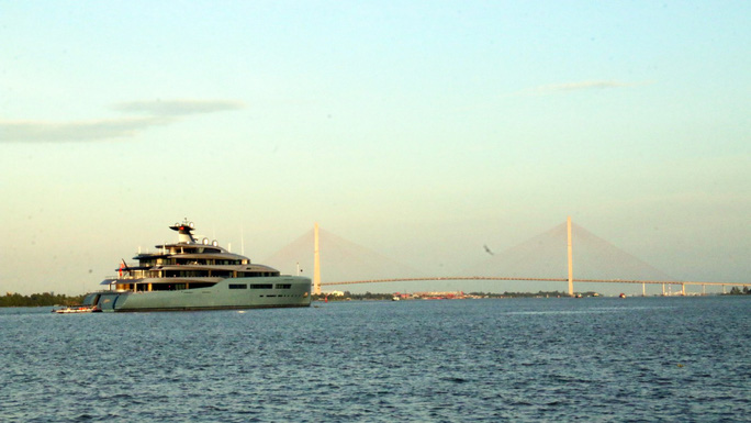 Cận cảnh siêu du thuyền triệu đô lướt sóng trên sông Hậu - Ảnh 4.
