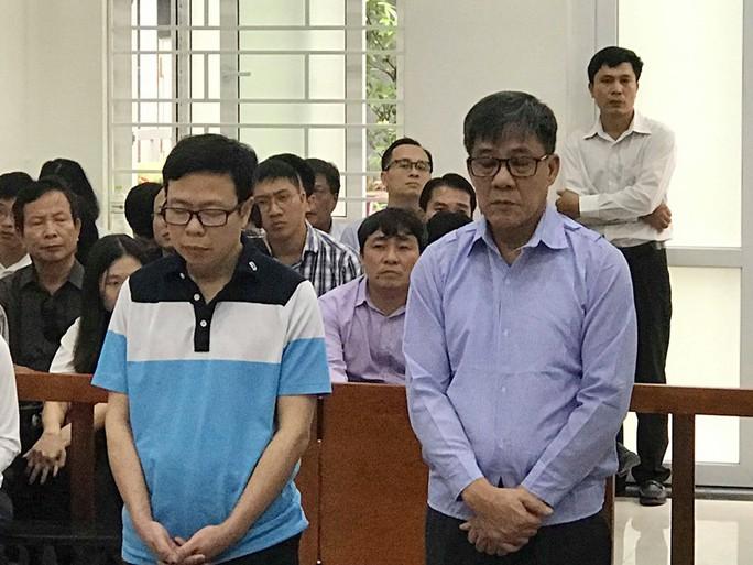 Cựu tổng giám đốc PVEP mặc áo tím nhạt hầu tòa với cáo buộc nhận lãi ngoài - Ảnh 1.