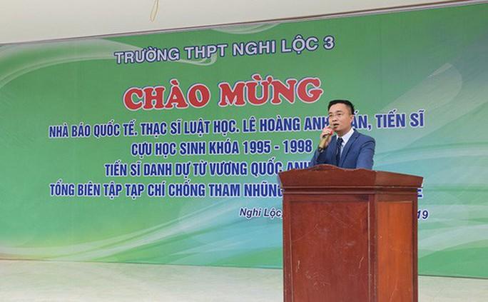 Hơn 1.200 học sinh nghỉ học đón nhà báo quốc tế, tiến sĩ Lê Hoàng Anh Tuấn - Ảnh 1.