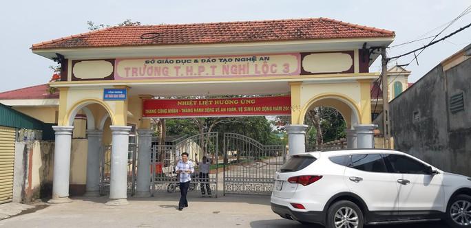 Hơn 1.200 học sinh nghỉ học đón nhà báo quốc tế, tiến sĩ Lê Hoàng Anh Tuấn - Ảnh 2.
