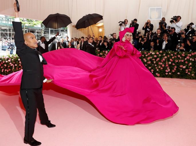 Lady Gaga khoe nội y, Katy Perry hóa đèn chùm - Ảnh 3.